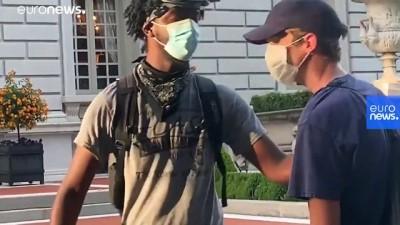 ABD'li çift evlerinin önünden geçen ırkçılık karşıtı eylemcilere silah çekti