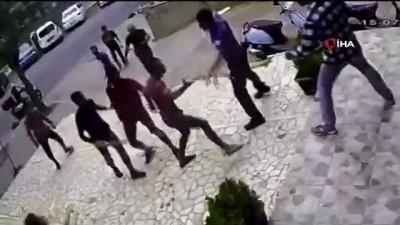Kadıköy'de sokak ortasında bıçaklı sopalı kavga kamerada