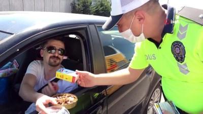 Çamlıca Gişeler'de trafik denetimi: Polis ekipleri çocuklara çikolata ve düdük verdi