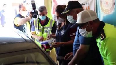 Polisten sürücülere şeker ve çikolata ikramı - ELAZIĞ