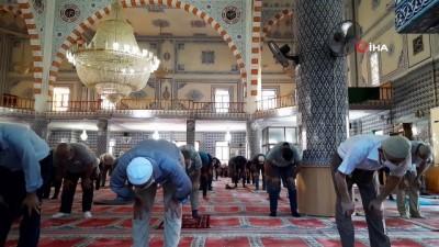 Mardin'de bayram namazı kılındı, cemaat tokalaşmadan dağıldı