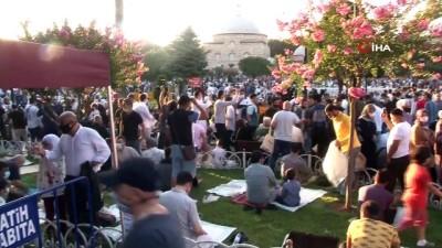 Bakan Karaismailoğlu, Ayasofya'da bayram namazının ardından çorba dağıttı