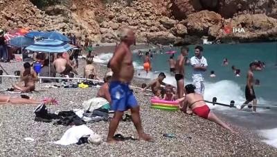 Termometrelerin 41 dereceyi gösterdiği Antalya sahillerinde korkutan yoğunluk