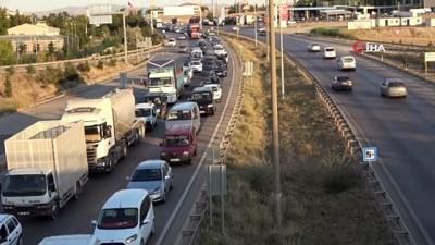 43 ilin geçiş noktasında trafik yoğunluğu... Araçlar adım adım ilerledi