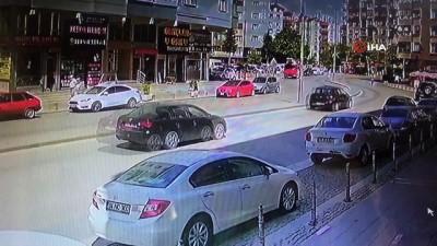 Tansiyonu düşen sürücü refüjdeki elektrik direğine çarptı...Kaza anı kamerada