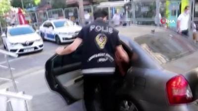 Kadını yol ortasında arabadan atan zanlı yakalandı