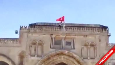 Filistinli gençler Mescid-i Aksa'ya Türk Bayrağı astılar