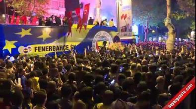Fenerbahçe taraftarıyla şampiyonluğu kutluyor