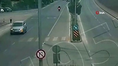 Motosikletli genç U dönüşü yapan aracın altına girdi, o anlar kameraya böyle yansıdı
