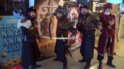 'Türkler Geliyor' filmine akıncı kostümleriyle gittiler
