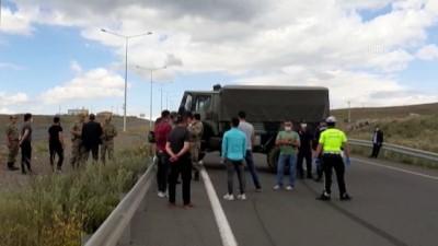 Bariyere çarpan askeri araçtaki 5 personel hafif yaralandı - ARDAHAN