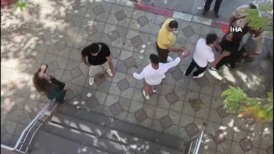 Kadınlar cadde ortasında saç başa kavgaya tutuştu, yaşananlar kameraya böyle yansıdı