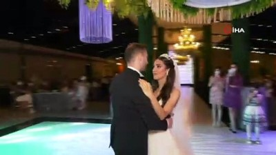 Düğünde görülmemiş önlem...Kafasına poşet geçirip gelin ve damada sarıldı