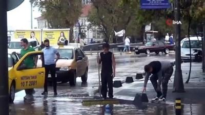 7 bin liralık telefonunu paçaları sıvayıp yağmur sularında aradı