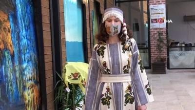 Maskeli, saray kıyafetleri defilesi