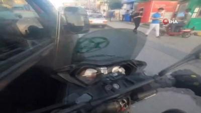 Bağcılar'da minibüs sürücüsü motosikletliye böyle çarptı