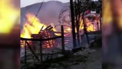 Ulus'ta meydana gelen yangında 3 ev alevlere teslim oldu