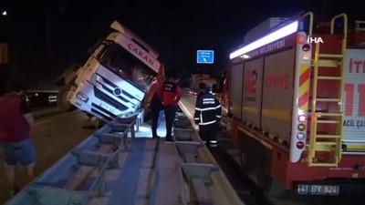D130 Karayolu'nda tır bariyerlerin üzerine devrildi: 1 yaralı