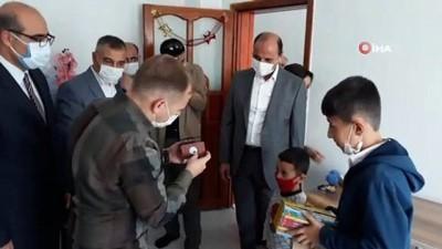 9 yetim çocuğa oda takımı ve bilgisayar hediyesi