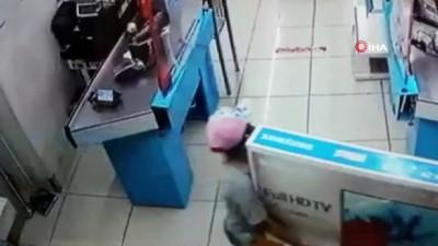 Boylarından büyük hırsızlık...Zincir markete giren çocuklar, boyları kadar televizyonu böyle çaldı