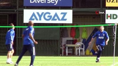 Erol Bulut ve Emre Belözoğlu'ndan ayak tenisi mücadelesi