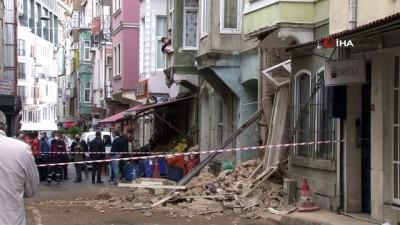 Beyoğlu'nda 3 katlı metruk bir binadan çökme meydana geldi. Ekipler bölgede geniş güvenlik önlemleri aldı. Olay yerinde belediye ekiplerinin çalışmaları sürüyor.
