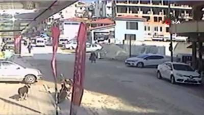 Hatay'da yolun karşısına geçmeye çalışan yaşlı kadına otomobil çarptı... O anlar kamerada