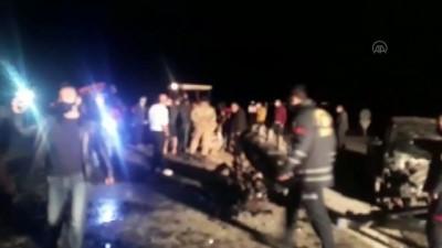 MARDİN - Otomobil ile traktör çarpıştı: 5 yaralı