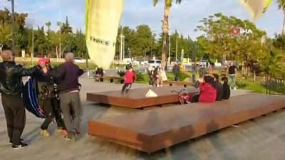 Antalya'da yamaç paraşütçüsü ve çocuk yolcusunun zor anları