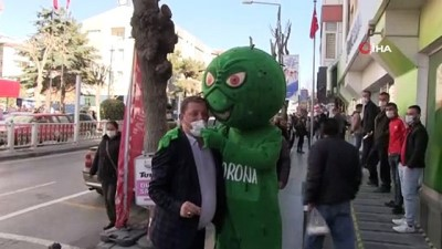 Niğde'de korona virüs kostümü giyen kişi vatandaşları uyardı