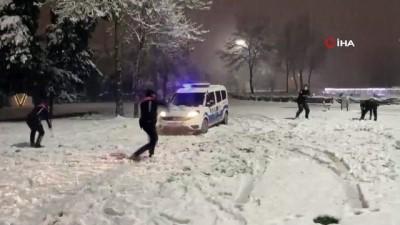 Polis ekipleri, karın keyfini işte böyle çıkardı