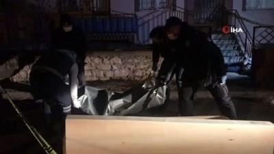 Husumetli komşular arasında çıkan kavgada, karı koca silahla vurularak öldürüldü