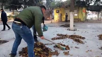 - Manisa'da temizlik işçilerinden 'Evde kal' mesajı