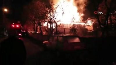 Ev yangınında alevler çatıyı sardı