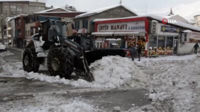 - Hakkari'de kar taşıma çalışmaları sürüyor