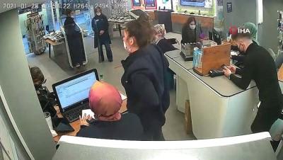 Unuttuğu para dolu cüzdanına mağaza çalışanlarının sayesinde kavuştu