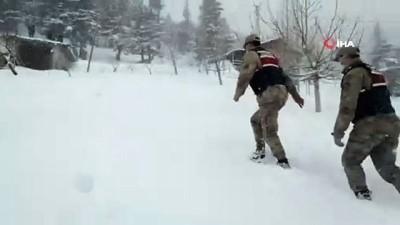 Jandarma ekiplerinden yaşlı adama kar temizliği yardımı