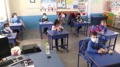 KARAMAN - Pervin öğretmen köyleri dolaşarak yaptığı yardımlarla öğrencilerin yüzünü güldürüyor