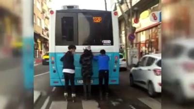 Patenli 3 gencin otobüs arkasında tehlikeli yolculuğu kamerada