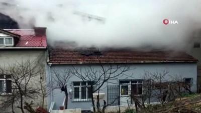 Arnavutköy'de binanın çatı katı alev alev yandı