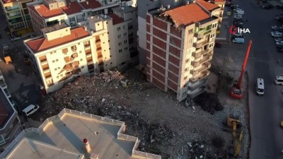 Ağır hasarlı bina yıkım esnasında çöktü, hasar gören yandaki bina mühürlendi