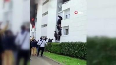 - Fransa'da yangında mahsur kalan aile insan zinciriyle kurtarıldı - İnsan zinciriyle 3. kattaki aileyi kurtaran gençlere onur nişanesi verilmesi için imza kampanyası başlatıldı