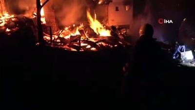 Artvin'in Ortaköy köyünde vatandaşlar gözyaşları içinde evlerinin yanmasını izledi