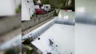 - Galler'de süt tankeri nehre devrildi, nehirden su yerine süt aktı