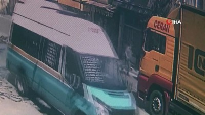 İzmir'de bir araç berber dükkanına böyle daldı: 2 yaralı