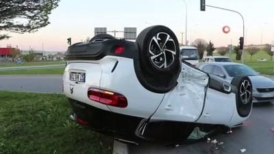 Takla atan araçtan yaralıyı belediye çalışanı kurtardı