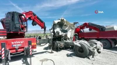 Tırların kafa kafaya çarpıştığı kazada sürücüler feci şekilde can verdi
