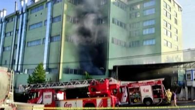 İSTANBUL - Arnavutköy'de bir fabrikada çıkan yangına itfaiye ekipleri müdahale ediyor