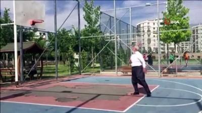 70'lik dede şalvarını giydi, basketbol topunu alıp potanın önüne koştu