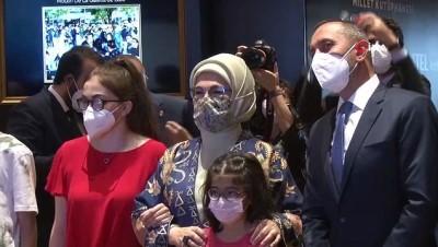 """Emine Erdoğan """"Tablolar Konuşuyor Dijital Resim Sergisi""""ni ziyaret etti"""